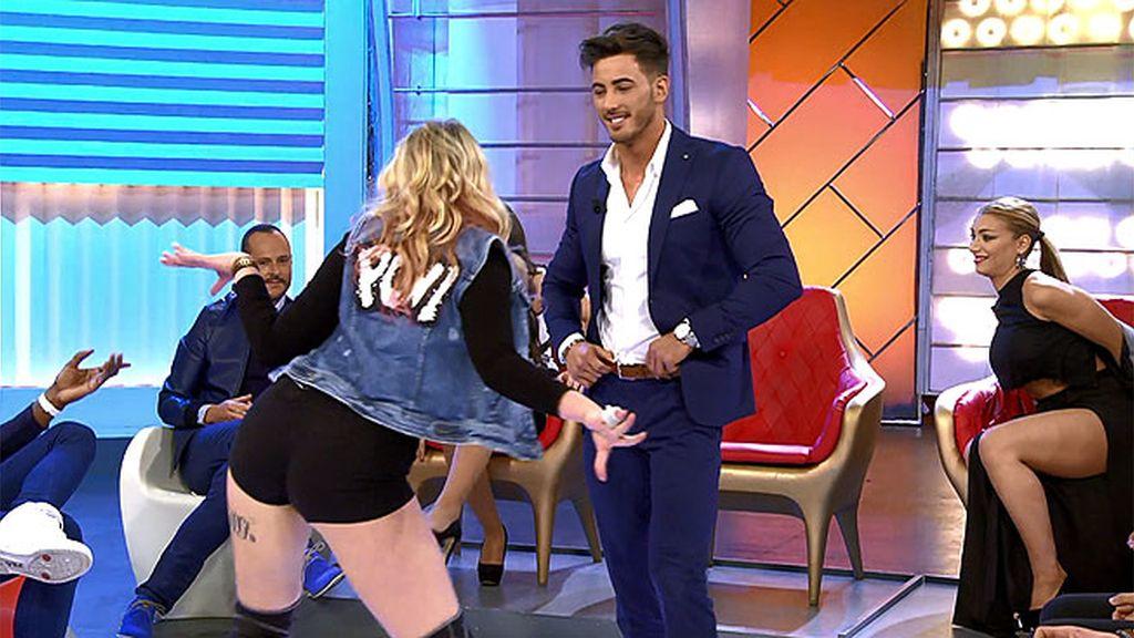 """Iván intenta hacer 'twerking' con la profe: """"Yo no meneo un palo"""""""