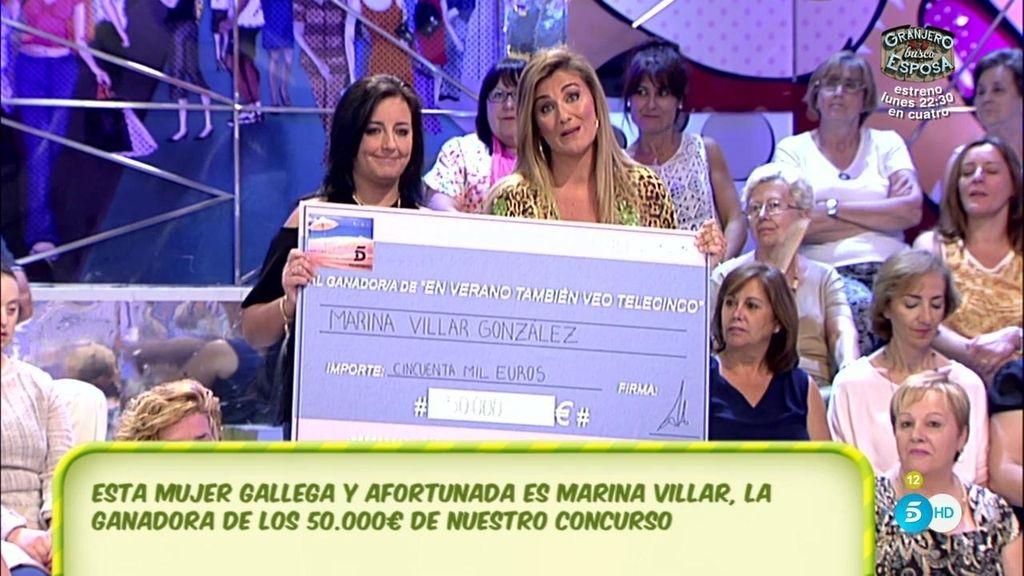 Emocionada la ganadora de los 50.000 euros al recibir el cheque del bote