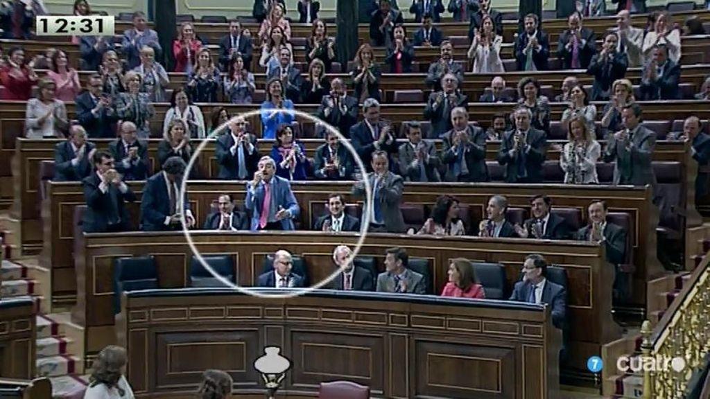 """Un diputado del PP celebra la réplica de Rajoy con un gesto de """"cómete esa"""""""