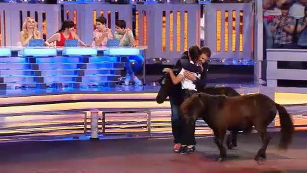 Aína y sus ponis emocionan a Santi