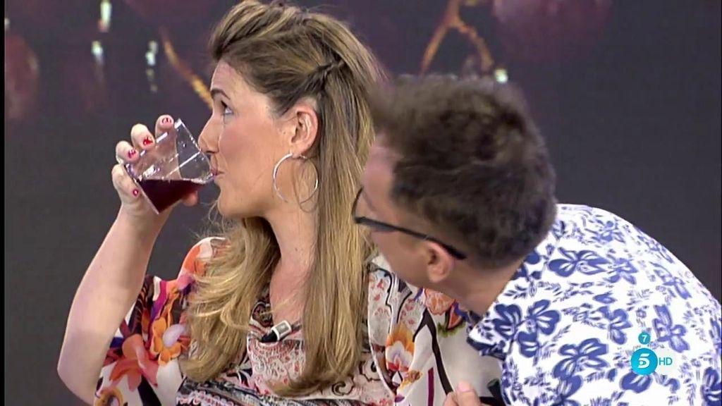 """Carlota Corredera se bebe el mosto que ha """"hecho"""" Mari Carmen en plató"""