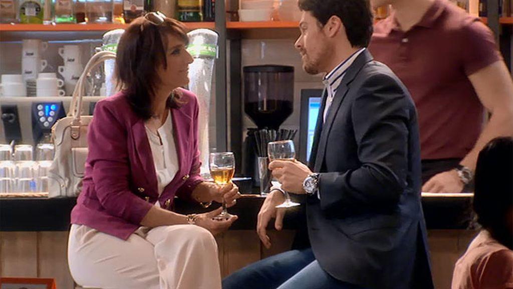 Carlos flirtea con Araceli sin mucho éxito