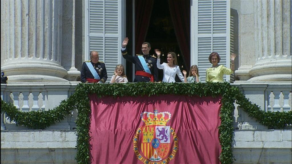 Los reyes saludan desde el Palacio Real