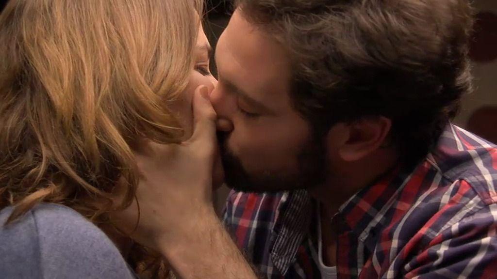 La cita ficticia de Lucía y Sergio acaba con un beso real