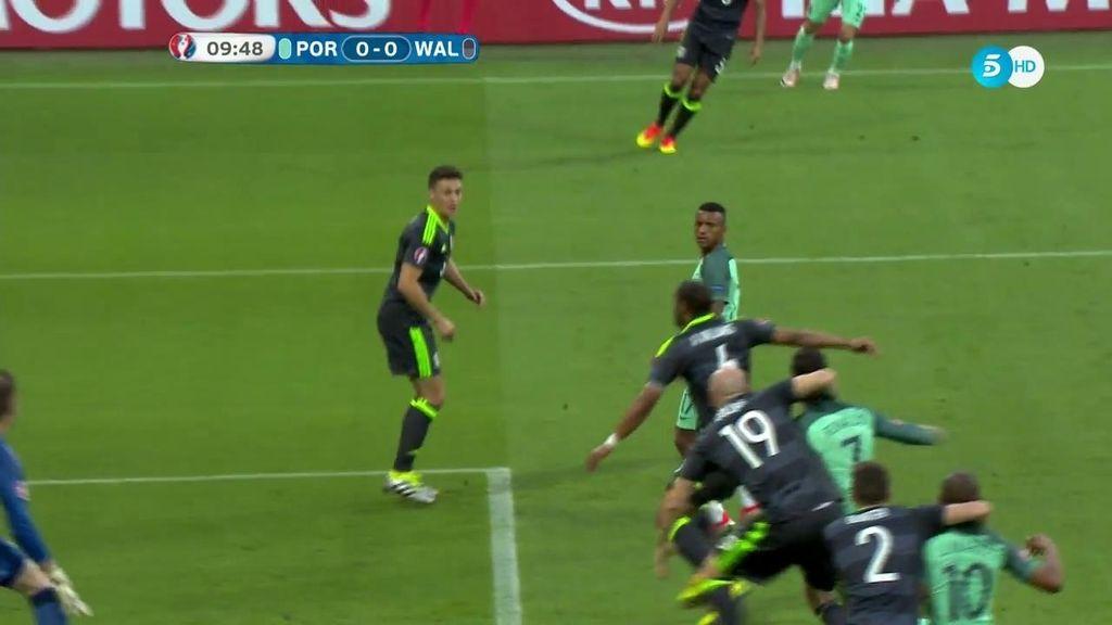 Doble agarrón en el área de Gales a Cristiano y Joao Mario pero el árbitro no pitó nada