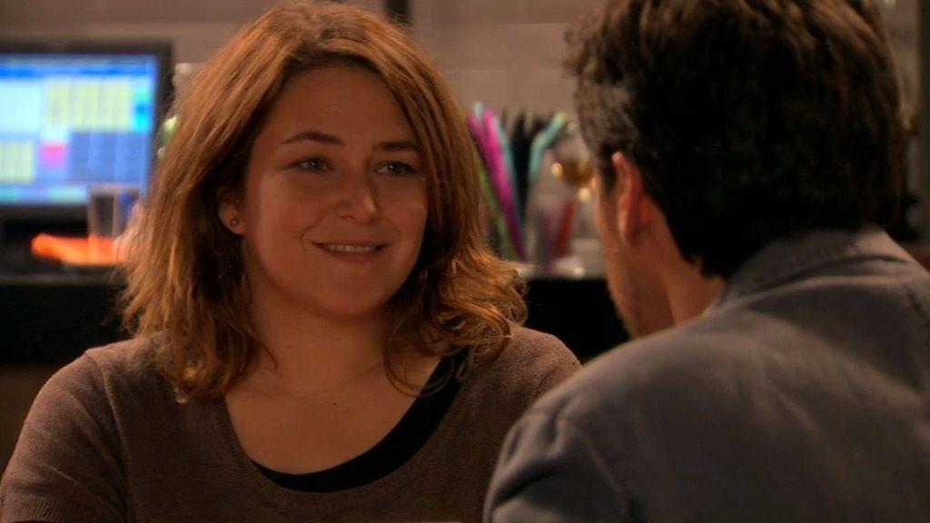 Carlos le da a Lucía un regalo de despedida y ella se desmaya