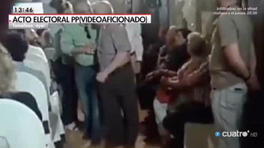 Desalojan a un hombre que denunciaba falta de asistencia médica en un mitin