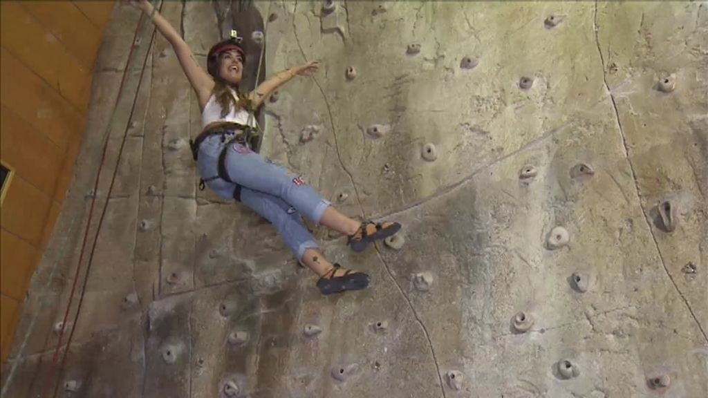 Dulceida imita a Miley Cyrus mientras escala una pared en 'Quiero ser'