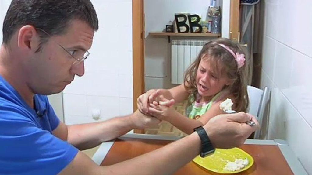 Cristina demuestra sus rabietas en la comida y termina vomitando