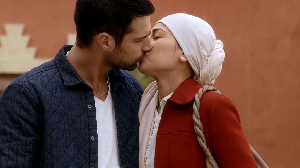 El beso de Paco y Noor