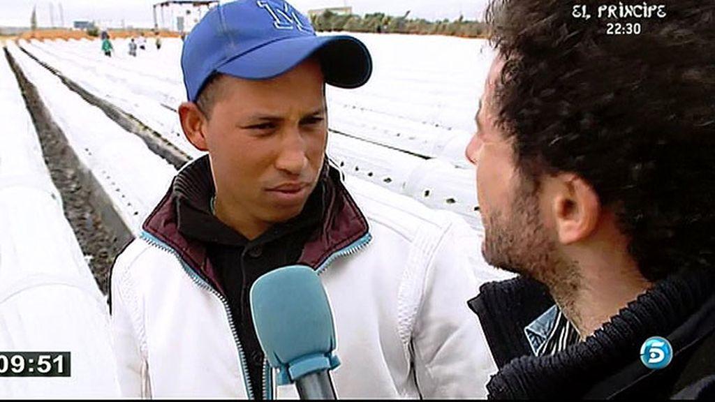Inmigrantes y españoles en busca de trabajo en la recogida de la fresa