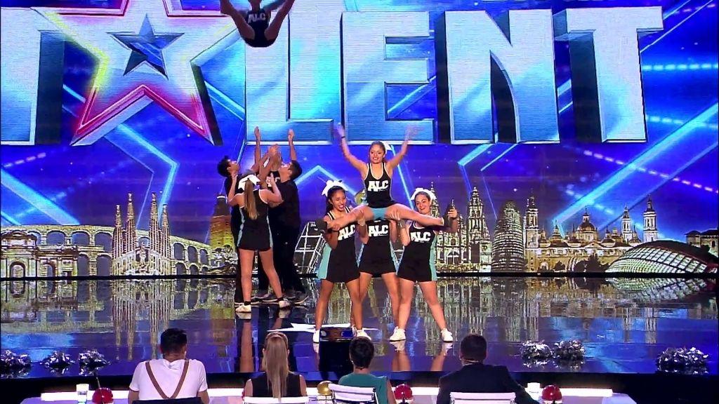 ¡Una, dos, tres chicas… por los aires! La actuación de las cheerleaders de Alicante