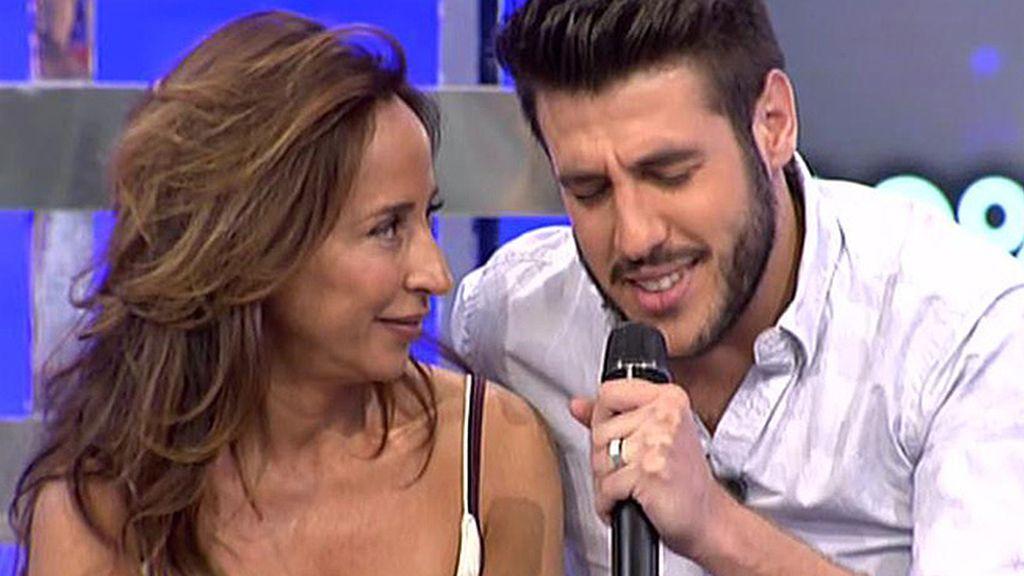 Antonio José canta para María Patiño