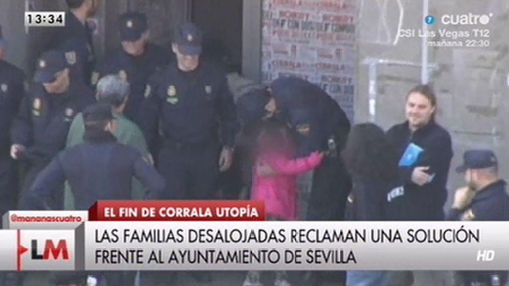 El abrazo de una niña a uno de los policías que desalojaron Corrala Utopía