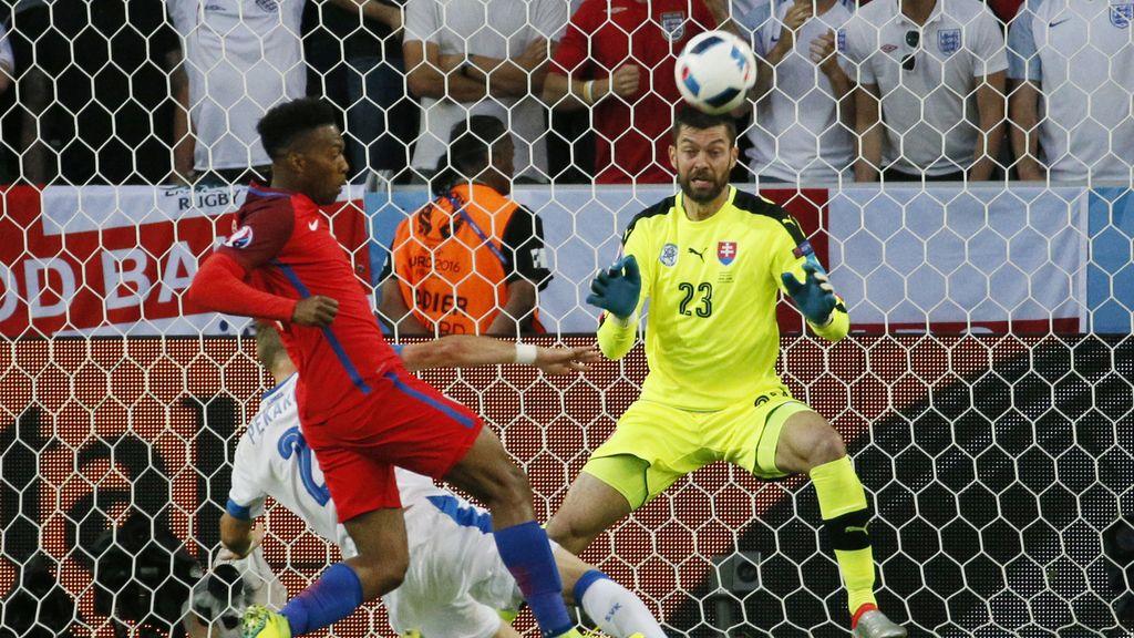 Nadie baja la pelota al suelo y Sturridge casi marca: la jugada tonta de la defensa eslovaca