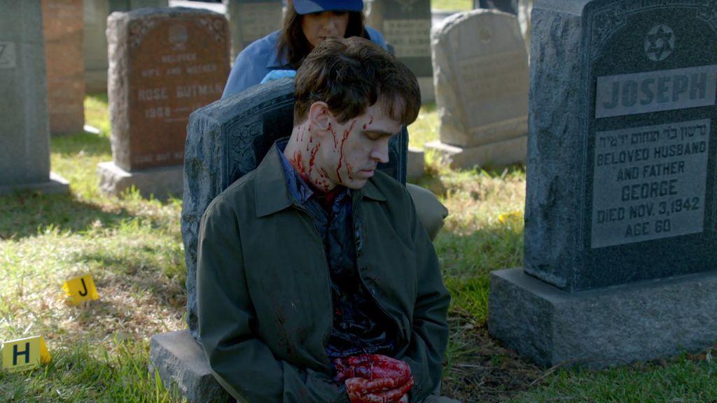 Aparece un cadáver en un cementerio… ¡con un corazón en la mano!