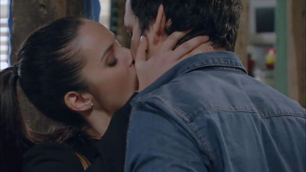 Martina besa a Mario y éste se aparta