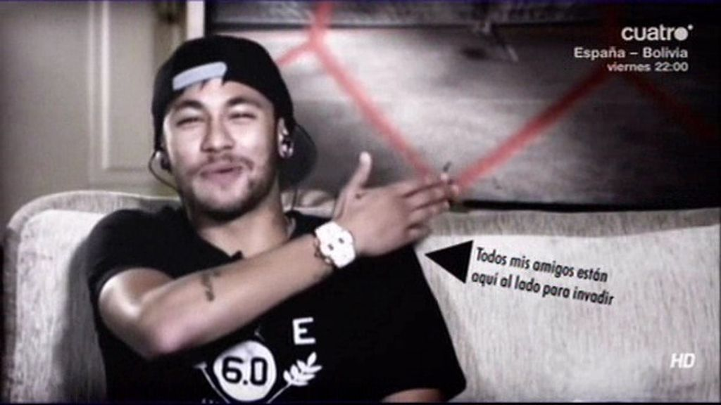 Neymar hace una entrevista en el sofá de su casa con... ¡19 amigos!