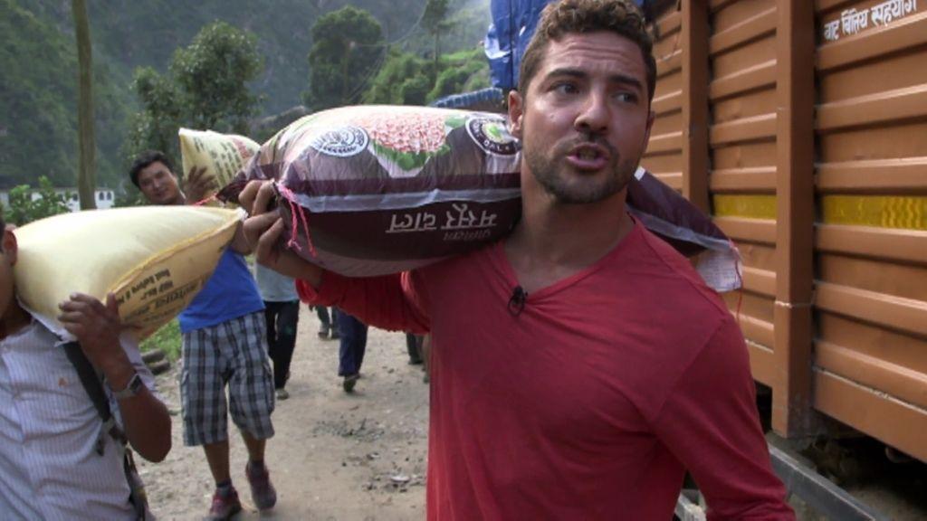 Bisbal y Calleja colaboran en la reconstrucción de Nepal donde la ayuda no llega