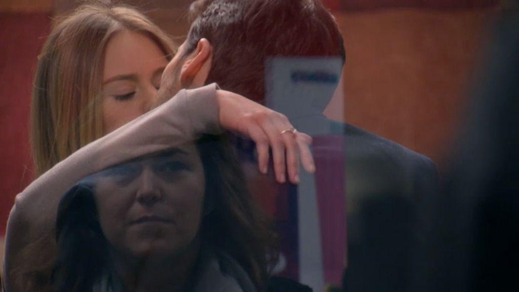 Irene y Carlos se besan en secreto en la emisora… ¡y Lucía les ve!