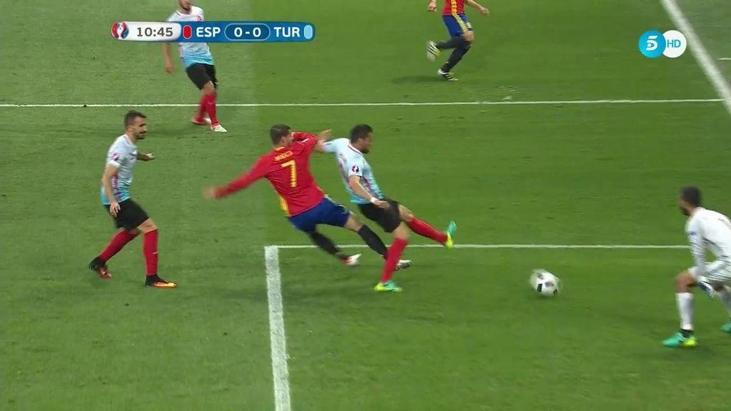 ¡Al palo España! Morata remató al poste en la primera ocasión de gol de la Roja