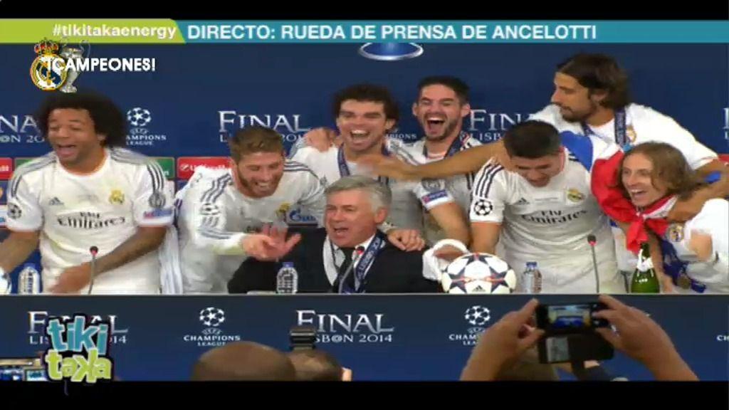 Los jugadores del Madrid interrumpen eufóricos la rueda de prensa de Ancelotti