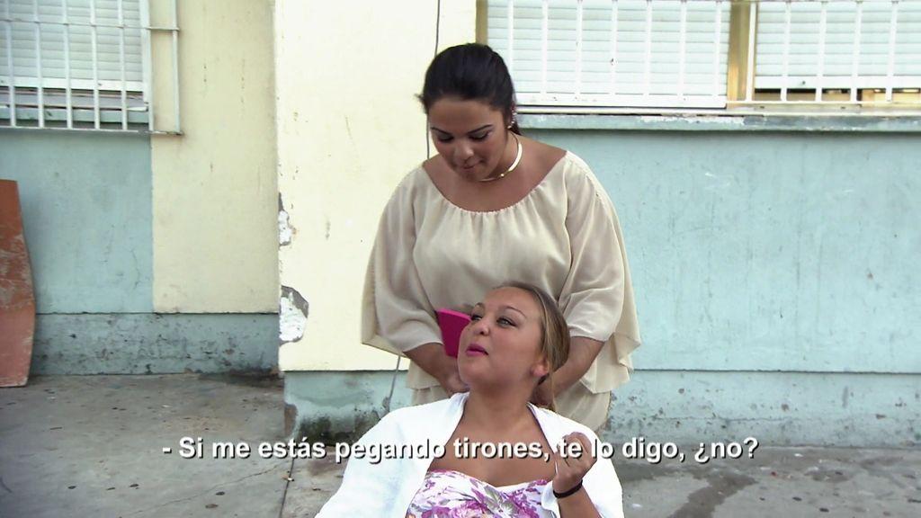 Naiara y Cristo montan una peluquería callejera en las 3.000 viviendas