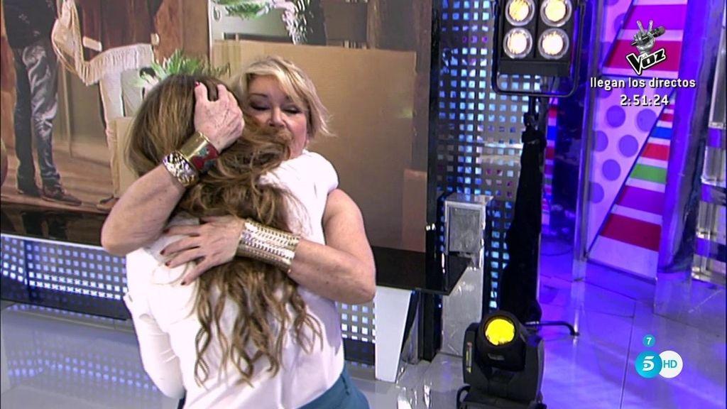 Raquel Bollo se emociona y todos sus compañeros se levantan a darle un abrazo