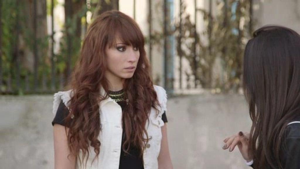 Elena, nuevo 'look' y reto: Tiene que presentarse al certamen musical