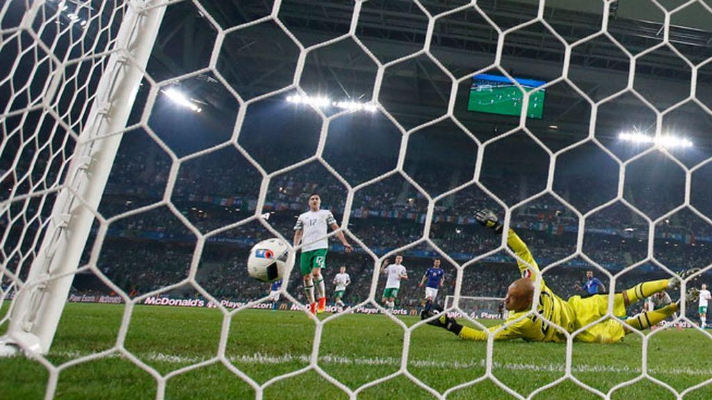 ¡Al palo Insigne! A punto de hacer el primero la Selección italiana