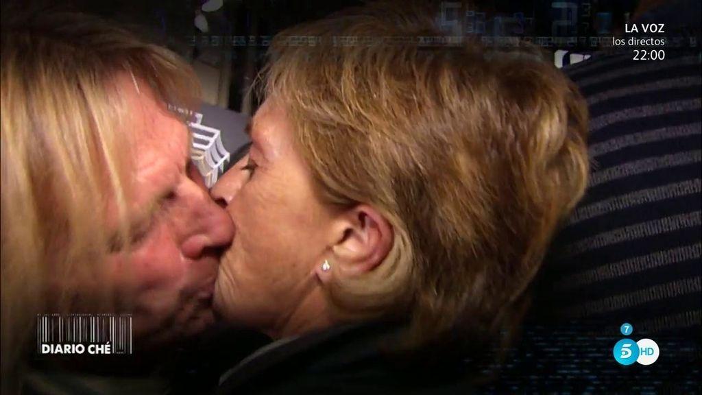 Diario Ché se cuela en una fiesta de joyas... ¿Hubo beso con Pocholo?