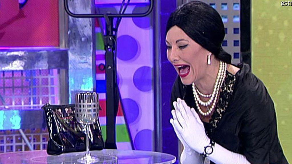 'Belén Callas' intenta romper una copa con su potente voz