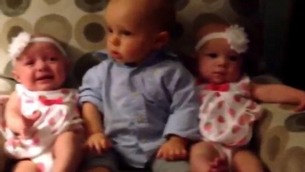 La reacción de sorpresa de un bebé al ver unas gemelas