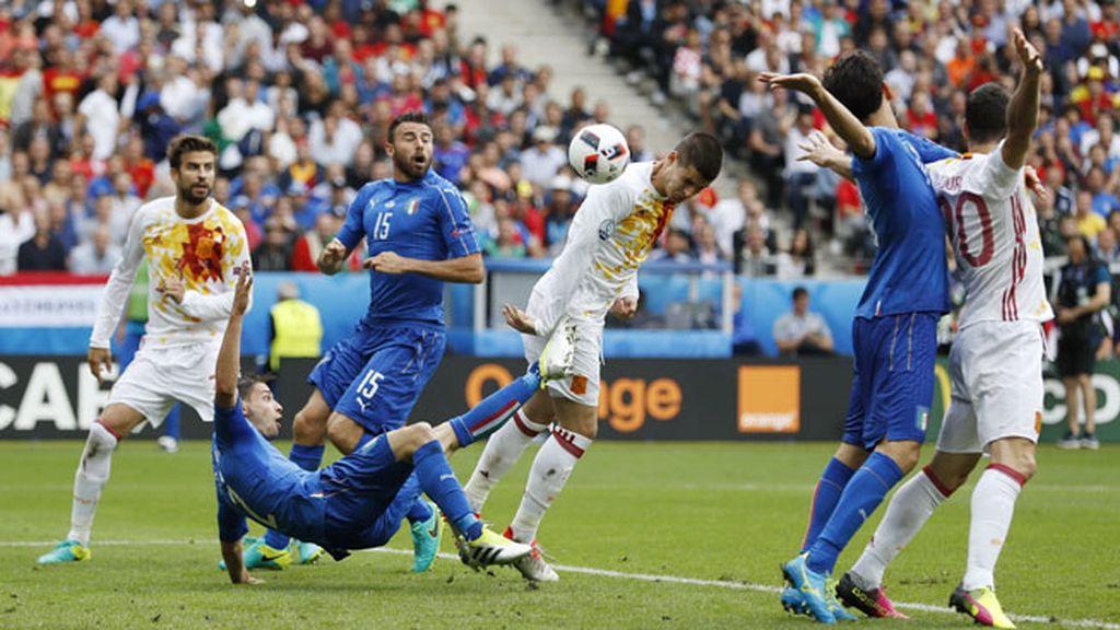 Primera ocasión clara de gol para España: Morata cabeceó a las manos de Buffon