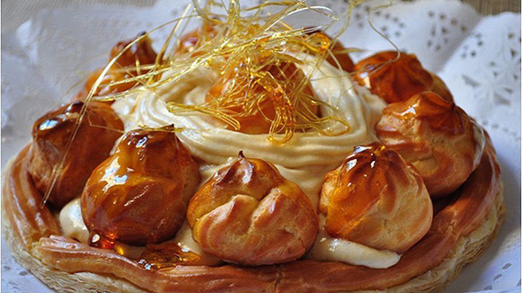 Los reposteros hacen una tarta Saint Honoré