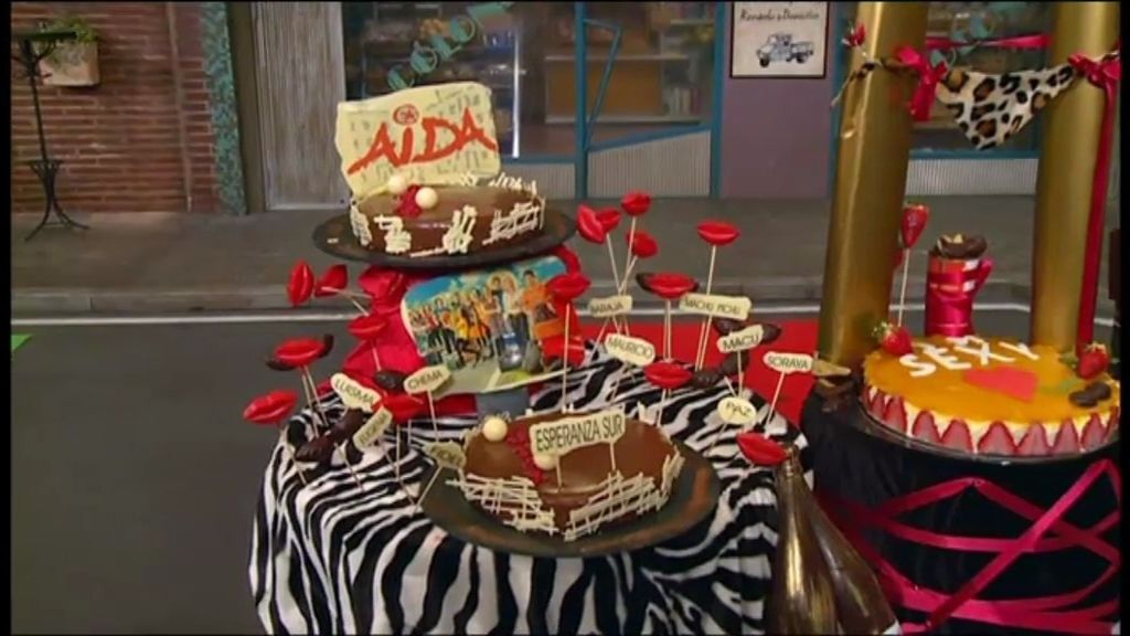Tartas con dibujos de los personajes de Aída, en forma de 'Bar Reynols' y de plaza de toros