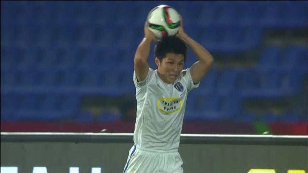 ¡La pifia del Mundialito! Un japonés saca de banda... ¡Y se le escurre el balón!