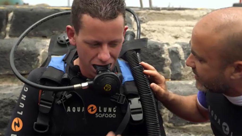 Omar supera su miedo al mar gracias a Calleja y su equipo de buceo