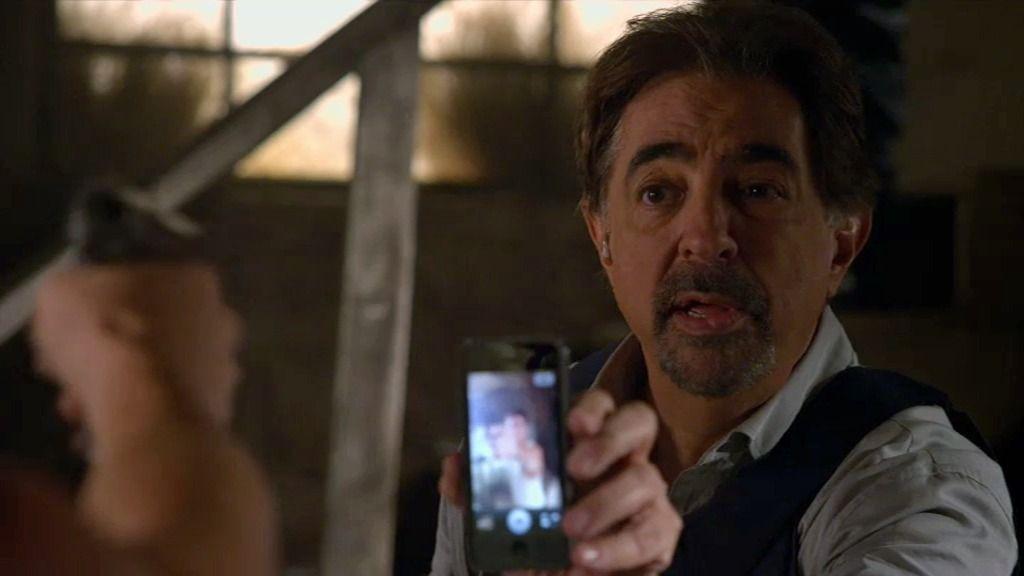 Rossi intenta salvar la vida a una rehén gracias a un truco con su teléfono