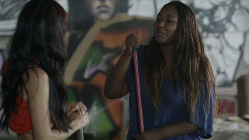 Ángela le ofrece a Rosa su casa