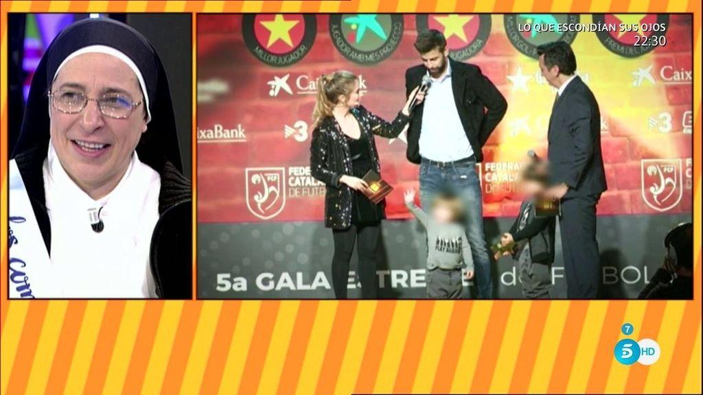 Piqué recoge un premio acompañado de su equipo particular: su familia