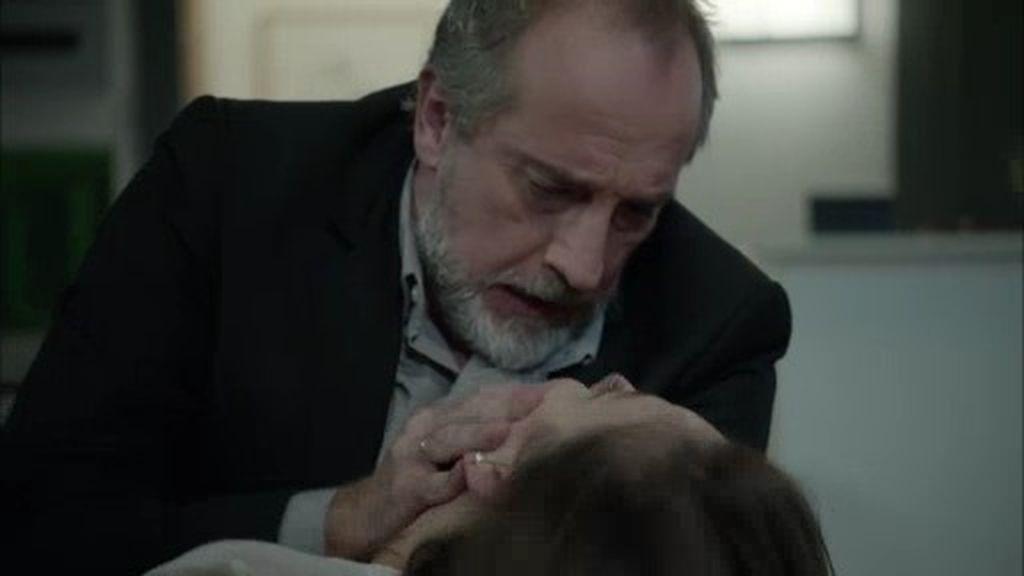 Pablo llega a casa y se encuentra a Clara tirada en el suelo...  ¡inconsciente!