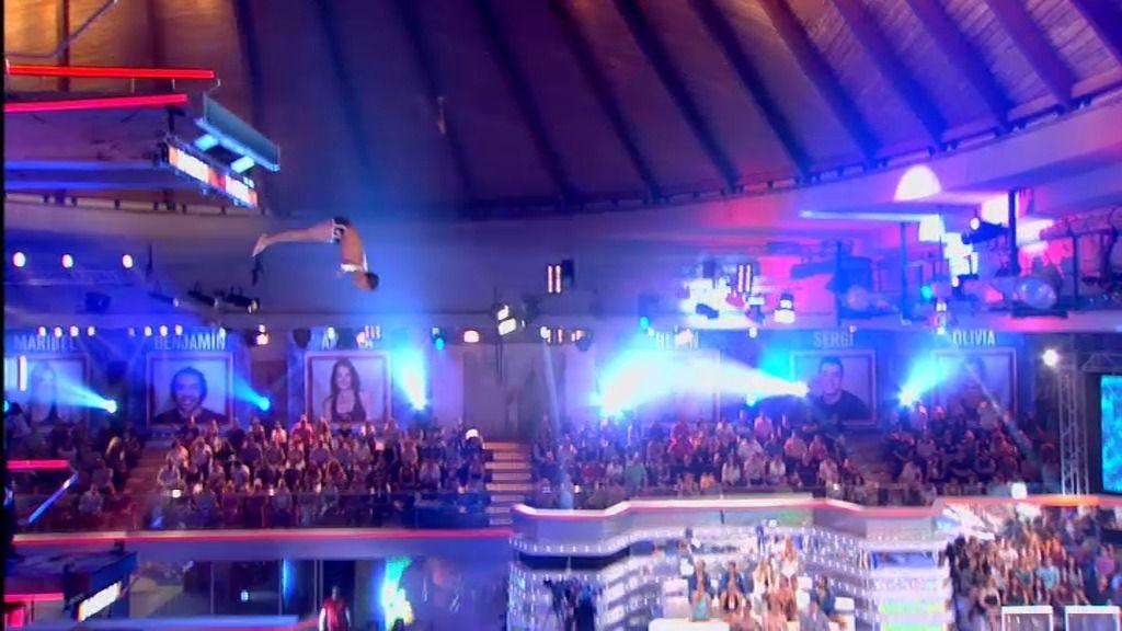 Sergi pone a todos en pie con salto carpado adelante desde la plataforma de 10 metros