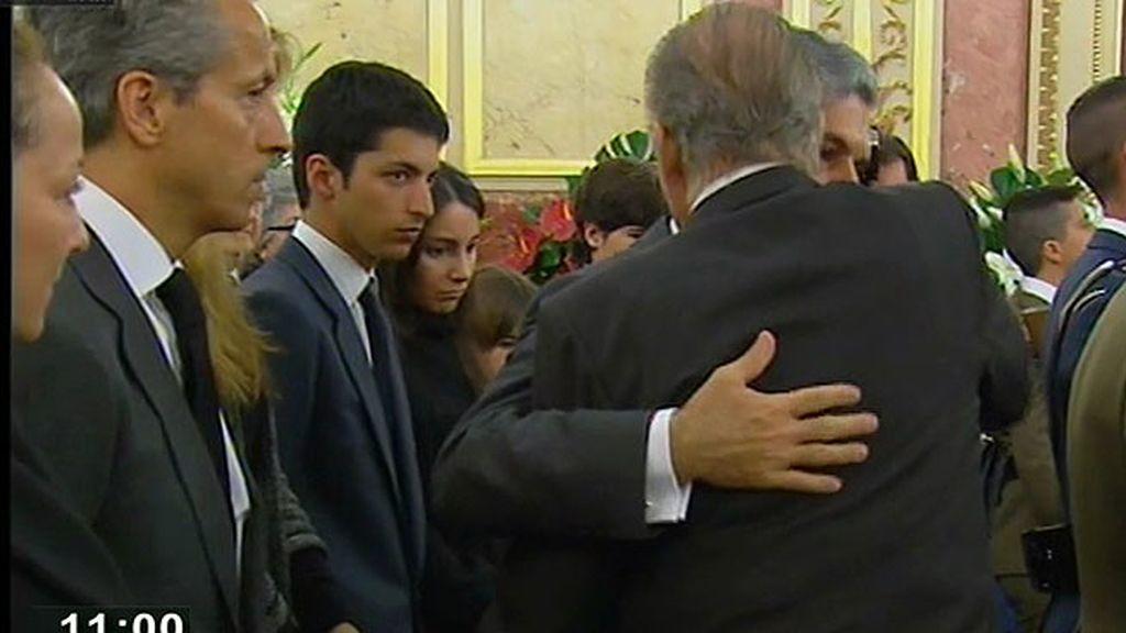 El rey apoya a la familia de Adolfo Suárez en su despedida