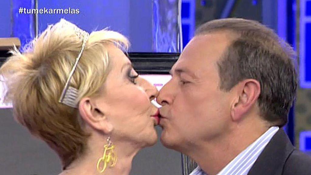 ¡Karmele y Juanma se dan un beso!