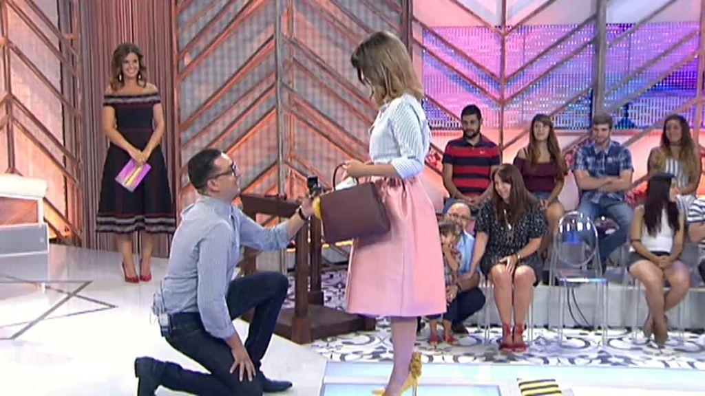 El novio de Lucía hinca la rodilla... suenan campanas de boda en 'Cámbiame'