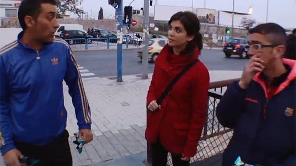 José y Mauri venden pipas en la puerta del estadio del Hércules C.F.