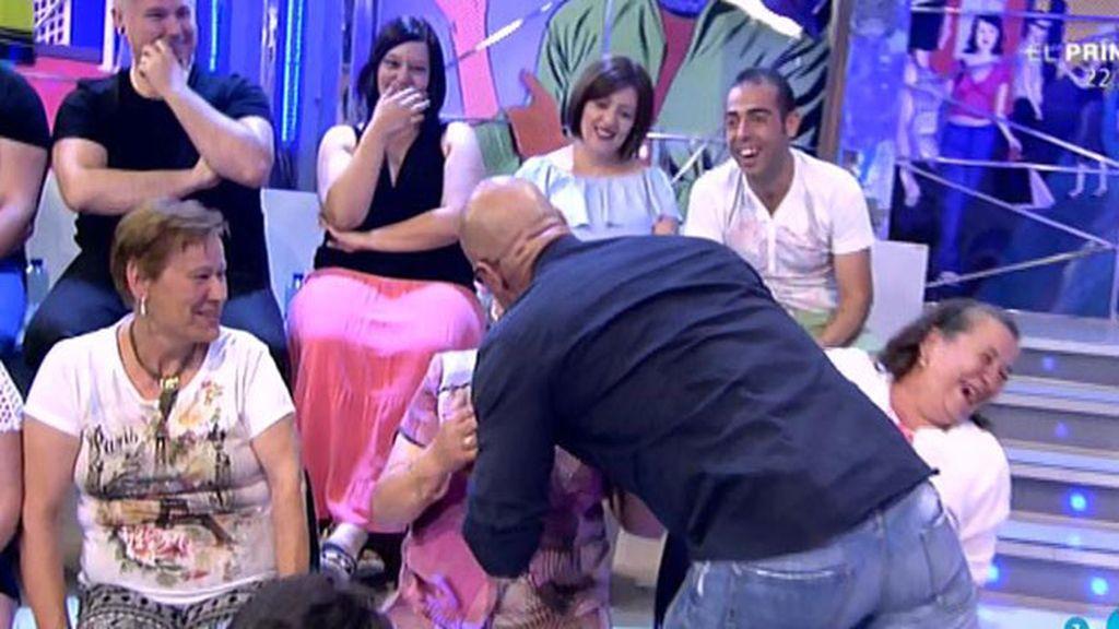 Kiko Matamoros se lanza a una señora del público por declararse fan suyo