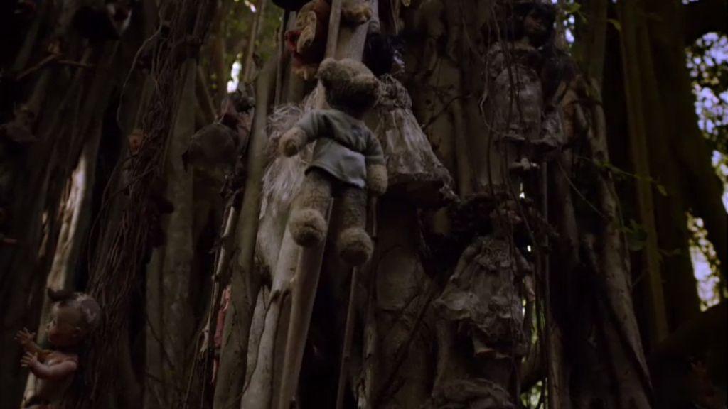 Un árbol espiritual decorado con muñecas