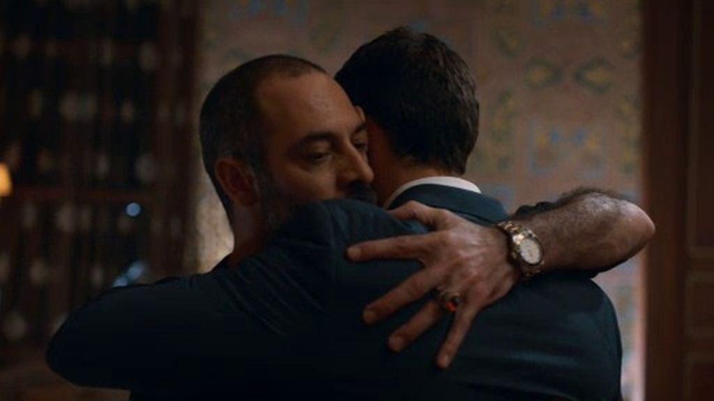 Barry y John hacen creer a Jamal que la Guardia de Élite está conspirando contra él